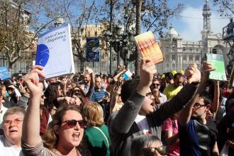 Vés a: Manifestació amb diccionaris perquè Rita Barberà s'examini del grau mitjà de català