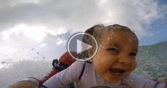 L'experiència d'un nen de 9 mesos en «surfejar» per primera vegada