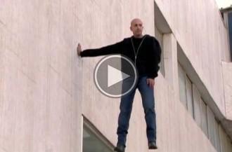 Un mag israelià captiva la ciutat de Tel Aviv flotant en l'aire