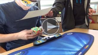 Sabríeu resoldre un cub de rúbik amb els ulls tapats en menys de 3 minuts?