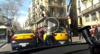 Vídeo: Dos taxistes es barallen a cops de puny al centre de Barcelona