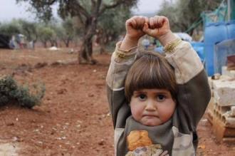 Vés a: Un nen sirià de quatre anys demanant clemència davant una càmera de fotos fa la volta al món