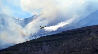 Els Bombers treballen per extingir un incendi al Pallars Sobirà