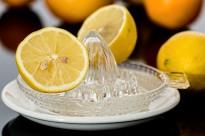 Els beneficis de beure aigua tèbia amb llimona cada matí
