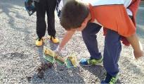 Els infants de Santpedor senyalitzen les caques de gos del carrer