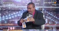 Vés a: El presentador de «La Ratonera» es moca amb l'estelada perquè li «va bé per l'al·lèrgia»