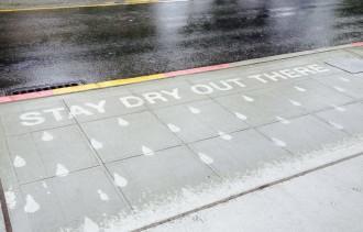 «Rainworks», l'art del carrer que apareix quan plou per fer somriure els ciutadans