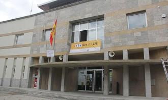L'Ajuntament de Calldetenes desisteix i posa la bandera espanyola a la façana