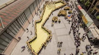 Vés a: Més de 500 persones es «planten» en defensa del català