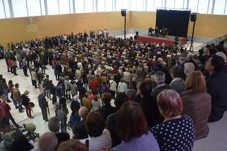 Prop de 800 persones homenatgen les tres olotines víctimes de l'A-320