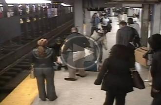 Salta a les vies del metro per rescatar un home que hi havia caigut