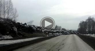 Un impactant vídeo mostra com la terra «pren vida» a Rússia i es desplaça com si fos lava