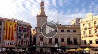Milers d'avions de paper amb poesia sobre de la plaça del Mercadal de Reus