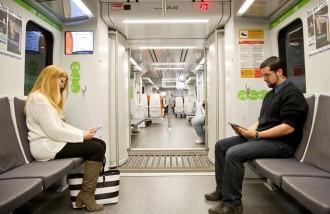 Ferrocarrils estén l'ús d'endolls a l'interior dels trens de la línia del Vallès