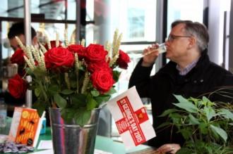 Vés a: Paradetes de roses i llibres reprodueixen el Sant Jordi a Londres