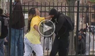 Vés a: Una mare renya el seu fill després de veure'l llançar pedres a la policia de Baltimore