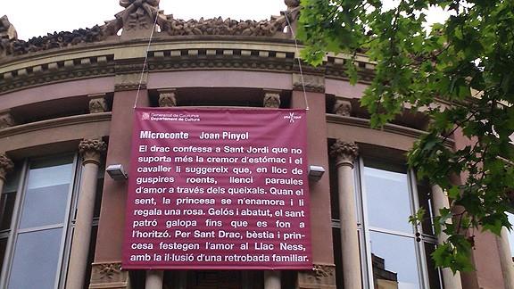 Un microconte de Joan Pinyol a la façana de la Biblioteca