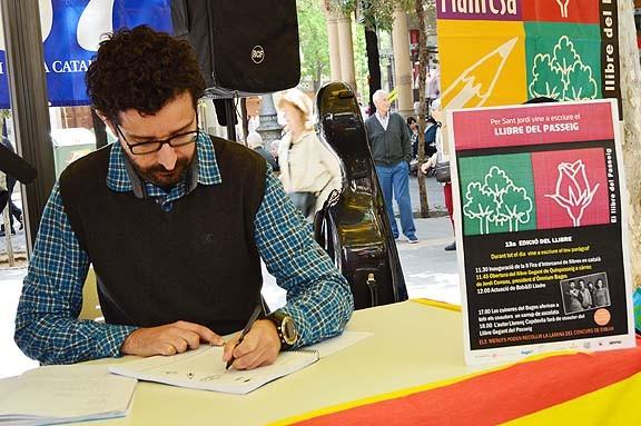 El president d'Òmnium estrena el Llibre Gegant del Passeig