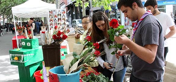 Sant Jordi omple de roses i llibres els carrers i places de la Catalunya Central