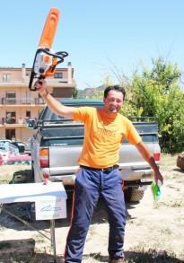 Alexandru Feteche guanya el concurs de tala de troncs de la Fira de Sant Isidre