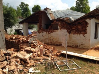 Rescatat viu un home de més de 100 anys sota la runa de casa seva al Nepal