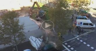 Vés a: Descobreix a YouTube que una grua li va aixafar el cotxe a Barcelona