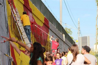 Centenars de veïns de Cardedeu repinten el mural independentista