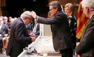 Artur Mas lliura la Creu de Sant Jordi al doctor Eudald Maideu