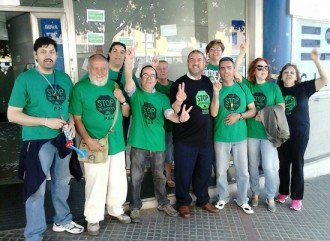 La PAH bloqueja 10 oficines del BBVA a Terrassa