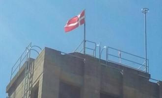 Vés a: Els bombers de Reus pengen la bandera de Dinamarca per burlar la llei