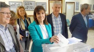 La candidata del PP a Lleida, Dolors López, vota dues vegades