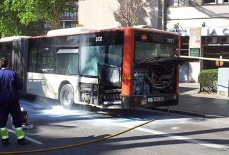 Vés a: Crema el motor d'un autobús de la línia V3 de TMB sense causar ferits