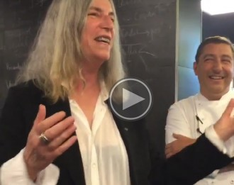 Patti Smith canta la mítica «Because the night» a la cuina del Celler de Can Roca
