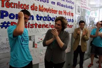 Colau es presenta a la seu ocupada de Movistar per evitar el desallotjament