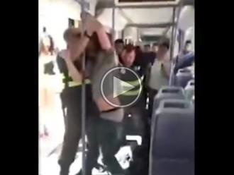 Vés a: Dos vigilants del metro de València apallissen un viatger