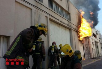 Incendi en dues naus industrials a Ripollet