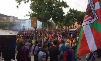 Ambient festiu a les rodalies del Camp Nou per la final de Copa