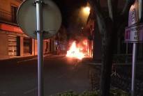 Un cotxe s'incendia en xocar a la N-260 al centre de Sant Joan