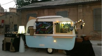 Una caravana de 1967 porta a Terrassa el menjar al carrer