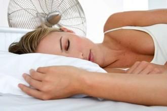 Vuit consells per combatre la calor durant la nit i dormir millor
