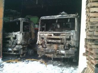 Cremen dos camions dintre d'una nau d'una empresa de Santa Maria de Palautordera