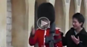 La reacció d'un guarda reial anglès davant les mofes d'un jove fa la volta món