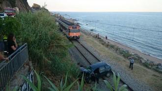Vés a: Un cotxe cau a la via del tren de Sant Pol de Mar des de la N-II
