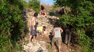 Soriguera recupera el comú de veïns i aixeca un mur de pedra derruït