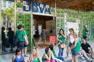 Vés a: La PAH ocupa oficines del BBVA de tot el país en una acció de protesta