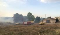 Un incendi de vegetació a l'Espluga de Francolí, a la Conca de Barberà, crema prop d'una granja buida