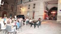 El duet Joan Badia i Anna Oliva enceta les vetllades de música en directe a la Plaça Major