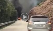 Ensurt a la carretera de Sau en cremar un cotxe al costat del bosc