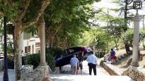 Un conductor confon unes escales de Torelló per un carrer