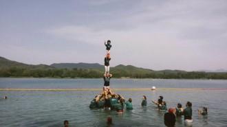 Els Esperxats fan castells dins l'estany de Banyoles
